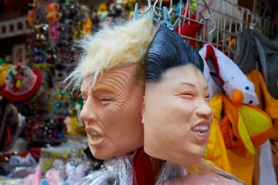 Maschere di Kim Jong Un e di Donald Trump.