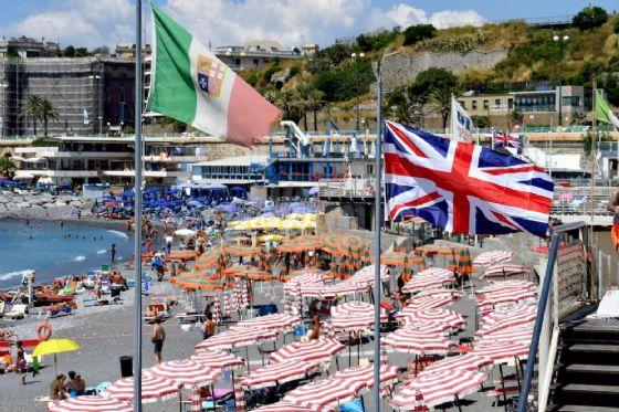 Bandiera inglese su spiaggia italiana per protesta contro la direttiva Bolkestein.
