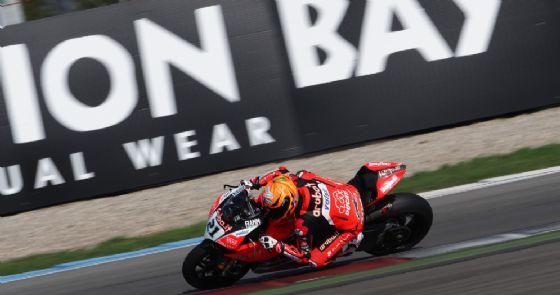 Marco Melandri in sella alla Ducati nelle prove libere della Superbike ad Assen