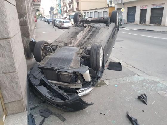 L'auto ribaltata sul marciapiede