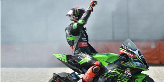 Tom Sykes esulta sulla sua Kawasaki per la vittoria in gara-2 della Superbike ad Assen