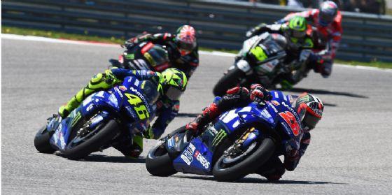 Le due Yamaha di Maverick Vinales e Valentino Rossi in lotta nel GP delle Americhe di MotoGP ad Austin