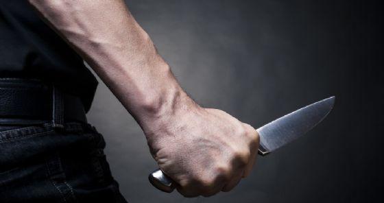 Tenta di uccidere il padre accoltellandolo, confessa e viene arrestato
