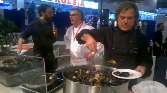 Scatto della passata edizione di Seafood Expo Global, durante uno show cooking, insieme a Federico Quaranta e alcuni chef
