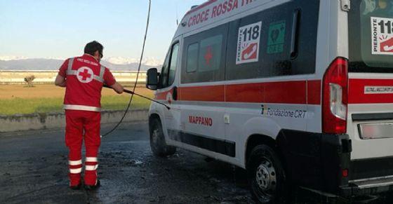 Il mezzo della Croce Rossa preso a sassate