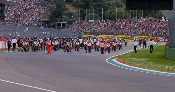 La partenza di una gara del Mondiale Superbike a Imola