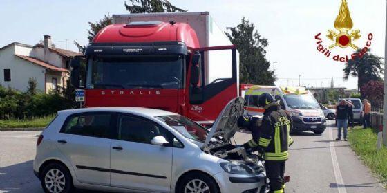 Scontro auto-camion sulla provinciale a San Vito al Tagliamento (© Vigili del Fuoco Pordenone)