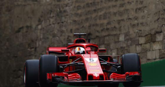 La Ferrari di Sebastian Vettel in pista durante le prove libere del GP dell'Azerbaigian di F1