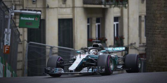 La Mercedes di Lewis Hamilton in pista durante le prove libere del GP dell'Azerbaigian di F1
