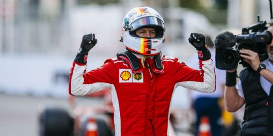 Sebastian Vettel festeggia la pole position nel GP dell'Azerbaigian di F1