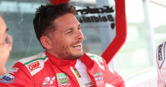 Giancarlo Fisichella sul muretto box di Imola nella prima gara del campionato italiano Gran Turismo