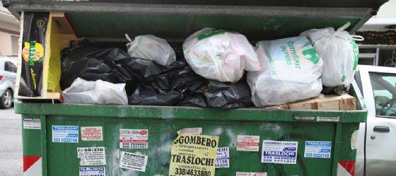 Spacciatore si nasconde in un cassonetto dell'immondizia per sfuggire alla polizia