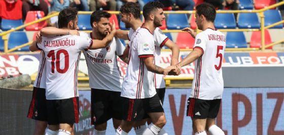 L'esultanza dei rossoneri a Bologna