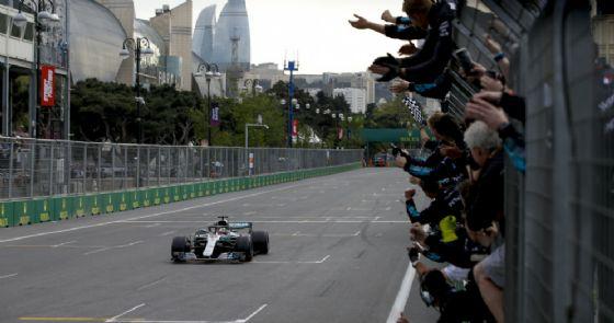 Lewis Hamilton taglia per primo al volante della sua Mercedes il traguardo del GP dell'Azerbaigian di F1