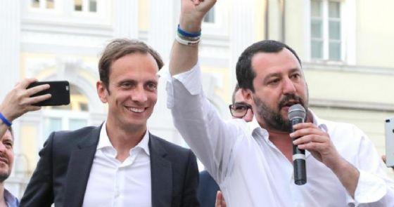 Adesivi con Salvini a testa in giù