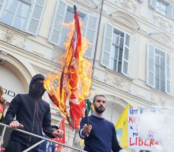 La bandiera della Turchia bruciata in piazza