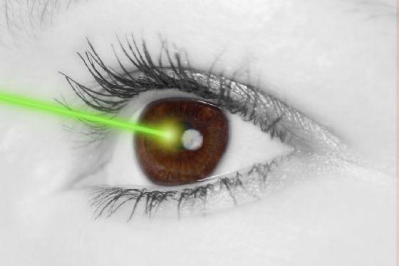 Arrivano le lenti a contatto che sparano raggi laser