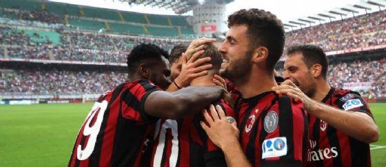 La gioia dei rossoneri dopo un gol al Verona