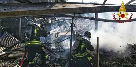 Sacile, garage e macchina in fiamme: un uomo rimane ustionato