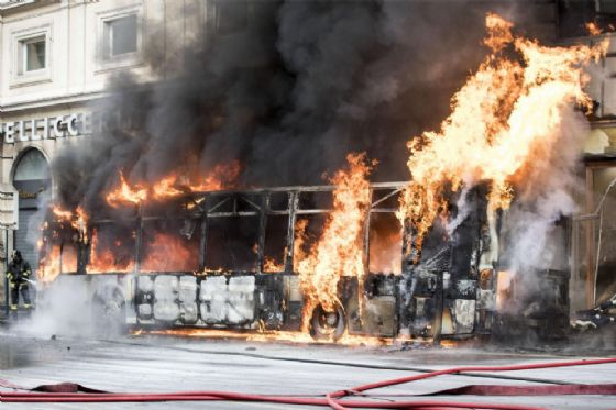 Un autobus di linea in fiamme in via del Tritone, Roma, 8 maggio 2018