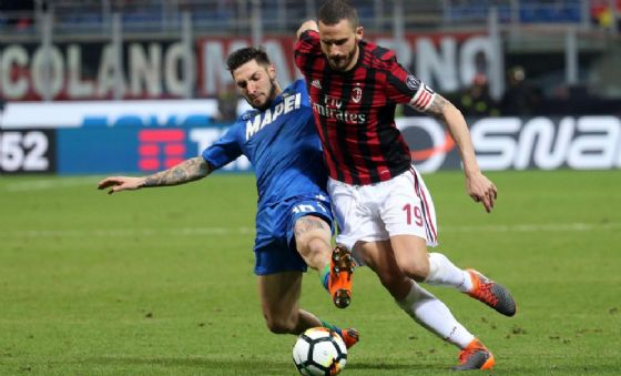Matteo Politano a contrasto con Bonucci nel corso di Milan-Sassuolo