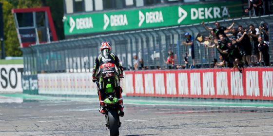 Jonathan Rea festeggia impennando la sua Kawasaki la vittoria in gara-2 della Superbike a Imola
