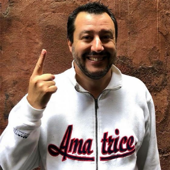 Il segretario della Lega Matteo Salvini in una foto postata sul suo profilo Twitter appena prima dei colloqui con Luigi Di Maio: 'Acqua e grandine prese anche oggi''