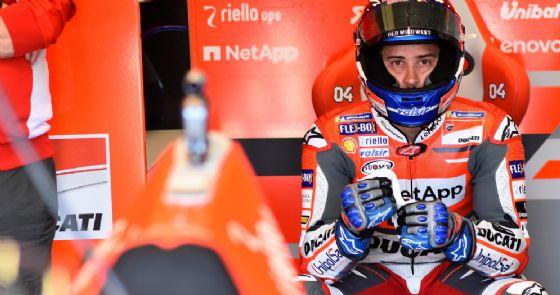Andrea Dovizioso ai box della Ducati