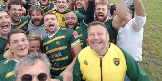 Coach Douglas (in basso a destra) esulta con i giocatori del Biella Rugby dopo la vittoria ad Alghero