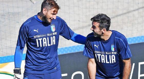 Un momento di relax nel ritiro della Nazionale tra Gigio e Gigi