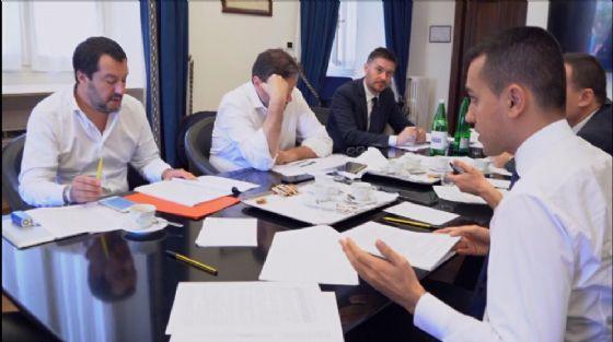 Matteo Salvini e Luigi Di Maio al tavolo della trattativa sul contratto di governo in un fermo immagine