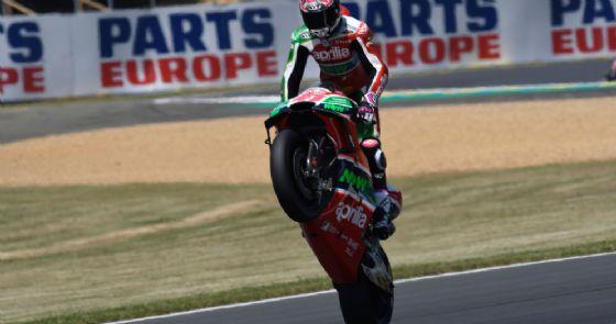 Aleix Espargaro impenna la sua Aprilia dopo le prove libere del GP di Francia di MotoGP a Le Mans
