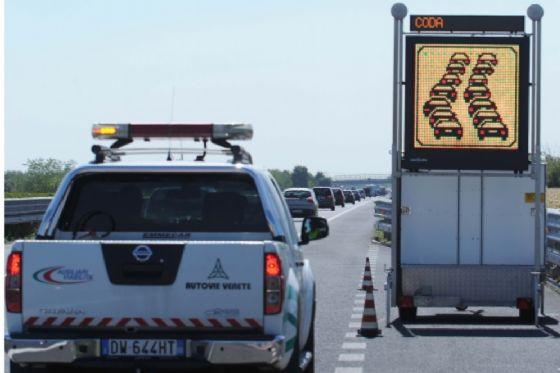 Mezzo pesante di traverso sulla carreggiata: chiusa l'A4