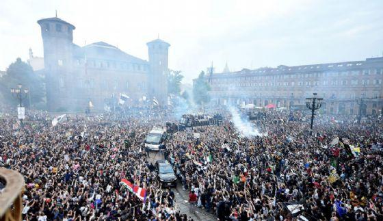 La festa scudetto in piazza Castello (© ANSA)