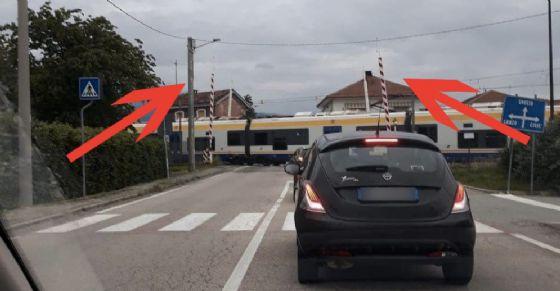 Il treno passa con il passaggio a livello aperto: dramma sfiorato a Villanova Canavese