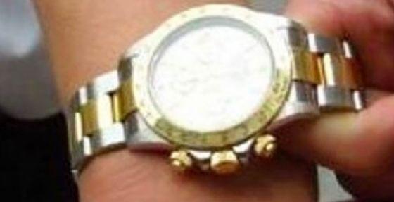 Gli chiede un'informazione e gli sfila un Rolex da 7 mila euro