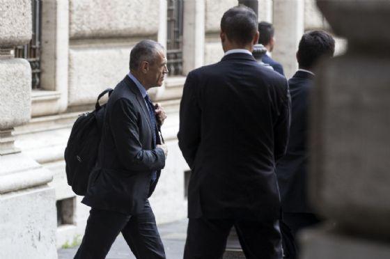 L'ex commissario alla spending review Carlo Cottarelli lascia Montecitorio dopo essere stato designato premier per un giorno