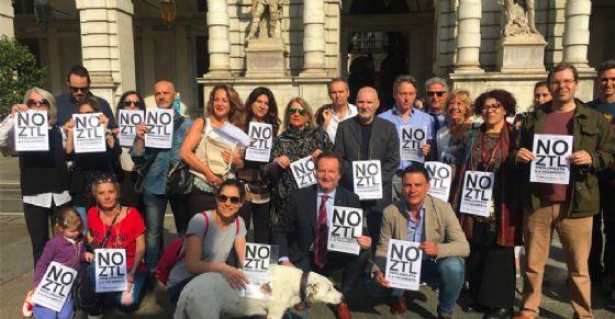 I firmatari davanti a Palazzo Civico (© Diario di Torino)