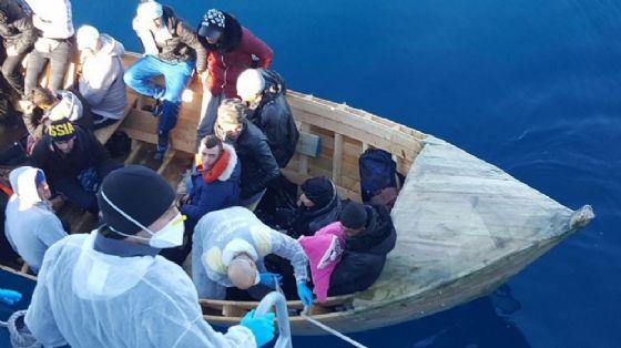 Uno sbarco di migranti sulle coste di Sant'Antioco