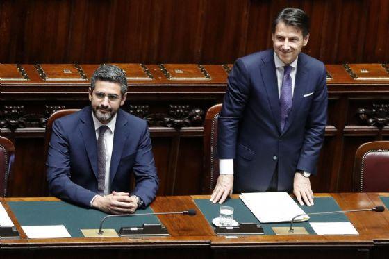 Il premier Giuseppe Conte con Riccardo Fraccaro, ministro per i rapporti col Parlamento, alla Camera