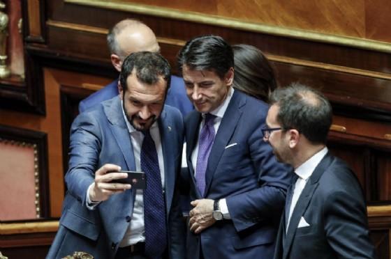 Giuseppe Conte si fa un selfie in Senato dopo la lettura del risultato del voto di fiducia al Governo