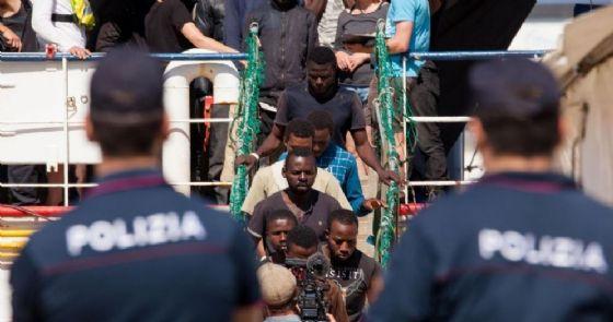 La nave di una Ong con a bordo 232 migranti nel porto di Reggio Calabria