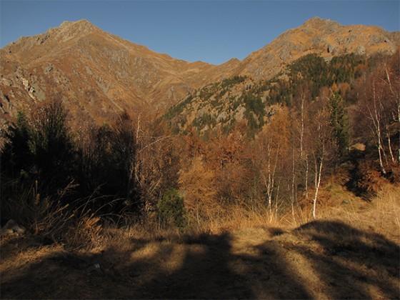 Panorama sul Monte Barone e sulla cima di Pissavacca dalla Bocchetta Foscale