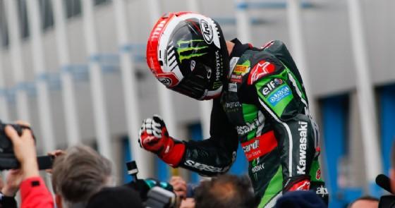 Jonathan Rea festeggia la vittoria in gara-1 della Superbike a Brno