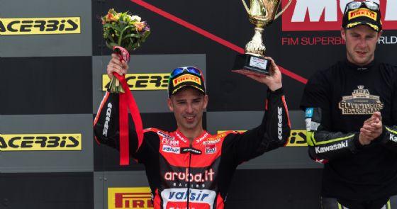 Marco Melandri sul podio di gara-1 del Mondiale Superbike a Brno