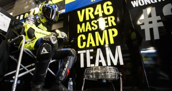 Apiwath Wongthananon nel box del team Sky Vr46 a Barcellona