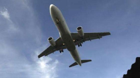 Un volo United costretto a cambiare rotta