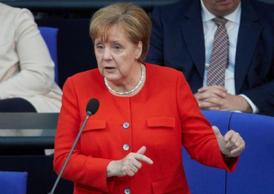 Migranti, Merkel contro il suo ministro degli Interni: