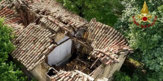 Fugge dall'abitazione prima che il tetto crolli, si salva per miracolo