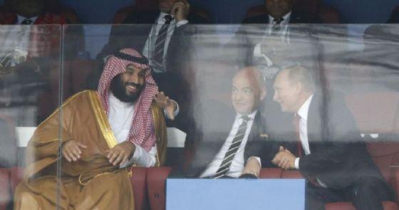 Il presidente russo Vladimir Putin con il principe saudita Mohammed bin Salman e il presidente della FIFA Gianni Infantino durante il match Russia-Arabia Saudita a Mosca